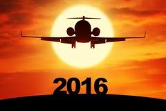 Vuelo del aeroplano sobre los números 2016 Imagen de archivo libre de regalías