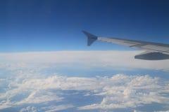 Vuelo del ala del aeroplano en un cielo azul Foto de archivo
