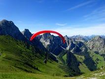Vuelo del ala flexible con los cielos azules Fotos de archivo libres de regalías