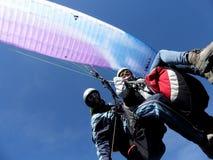 Vuelo del ala flexible con los cielos azules Fotografía de archivo libre de regalías