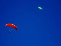 Vuelo del ala flexible con los cielos azules y la luna Imagenes de archivo