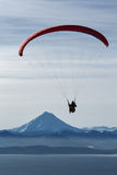 Vuelo del ala flexible en el fondo del volcán y del mar Imagen de archivo
