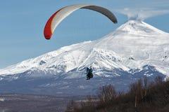 Vuelo del ala flexible en fondo del volcán activo Imagen de archivo
