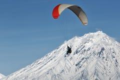 Vuelo del ala flexible en fondo del volcán activo Imagenes de archivo