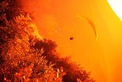 Vuelo del ala flexible en la montaña Bielsko del ZAR Imagen de archivo