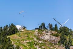 Vuelo del ala flexible sobre la montaña del urogallo, Vancouver imágenes de archivo libres de regalías