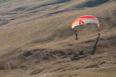 Vuelo del ala flexible sobre las montañas Foto de archivo