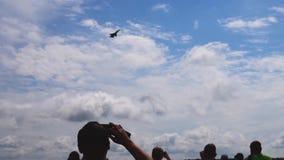 Vuelo del avión de combate en velocidad mínima sobre metrajes