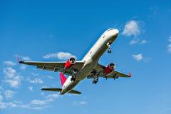 Vuelo del avión de pasajeros Fotos de archivo libres de regalías