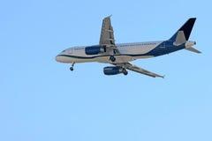 Vuelo del avión de pasajeros en el cielo azul Imagen de archivo libre de regalías