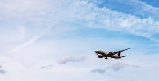 Vuelo del avión de pasajeros en el cielo azul con las nubes, aircr de la travesía Imágenes de archivo libres de regalías