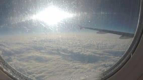Vuelo del avión de pasajeros sobre las nubes antes del accidente Servicios del transporte aéreo almacen de metraje de vídeo