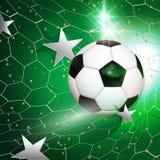 Vuelo del balón de fútbol del fútbol en la red de la meta con las estrellas de plata Fotografía de archivo