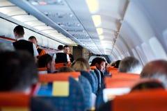 Vuelo del equipo y de los pasajeros de vuelo en un avión Fotos de archivo