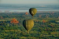 Vuelo del globo del aire caliente sobre Bagan imagen de archivo
