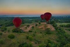 Vuelo del globo del aire caliente sobre Bagan fotografía de archivo libre de regalías