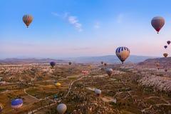 Vuelo del globo del aire caliente sobre Cappadocia Turquía foto de archivo
