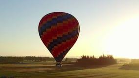 Vuelo del globo del aire caliente delante del sol metrajes
