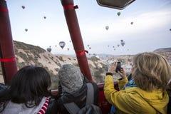 Vuelo del globo del aire caliente en Cappadocia, Turquía Fotos de archivo