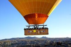 Vuelo del globo del aire caliente sobre Cappadocia Imágenes de archivo libres de regalías