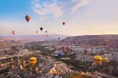 Vuelo del globo del aire caliente sobre Cappadocia Turquía fotografía de archivo