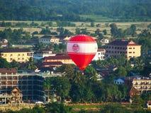 Vuelo del globo del aire caliente sobre la ciudad de Vang Vieng, provincia de Vientián Fotografía de archivo libre de regalías