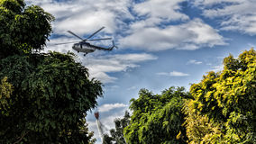Vuelo del helicóptero Fotos de archivo libres de regalías