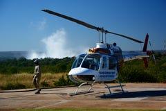 Vuelo del helicóptero en el río y Victoria Falls de Zambesi zimbabwe Imagenes de archivo