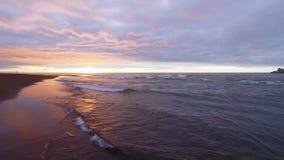 Vuelo del helicóptero en la puesta del sol sobre el mar a las montañas Voló el océano en la salida del sol Montañas almacen de video