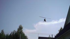 Vuelo del helicóptero en un cielo almacen de metraje de vídeo
