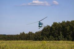 Vuelo del helicóptero MI-2 Imagen de archivo