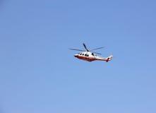 Vuelo del helicóptero policial a través Imagen de archivo libre de regalías
