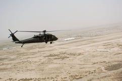 Vuelo del helicóptero sobre Iraq imágenes de archivo libres de regalías