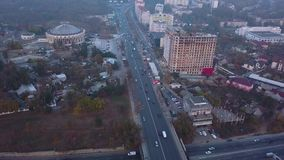 Vuelo del helicóptero sobre la carretera en la ciudad de Kisinev almacen de metraje de vídeo