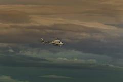 Vuelo del helicóptero a través del cielo del invierno Imágenes de archivo libres de regalías