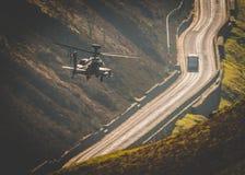 Vuelo del helicóptero de Apache Fotos de archivo libres de regalías