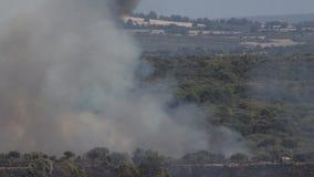 Vuelo del hidroavión detrás del humo salvaje del fuego en 4k almacen de video