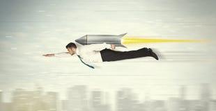 Vuelo del hombre de negocios del super héroe con el cohete del paquete del jet sobre el CIT Fotografía de archivo