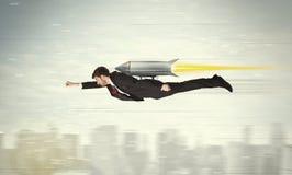 Vuelo del hombre de negocios del super héroe con el cohete del paquete del jet sobre el CIT Imágenes de archivo libres de regalías