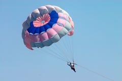 Vuelo del hombre en el paracaídas Imagenes de archivo