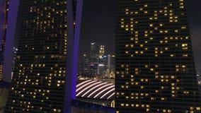 Vuelo del horizonte de Singapur de la vista nocturna sobre Marina Bay Sands Hotel tiro Vistas aéreas del horizonte de Singapur en almacen de video