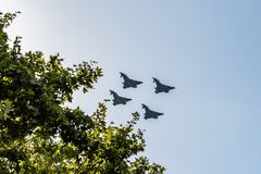 Vuelo del jet de cuatro Eurofighter en desfile español del día nacional foto de archivo libre de regalías
