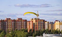 Vuelo del motor paraplan un hombre vuela en un mot colorido brillante fotografía de archivo