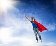Vuelo del niño del super héroe Imagenes de archivo
