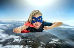 Vuelo del niño del super héroe Fotos de archivo