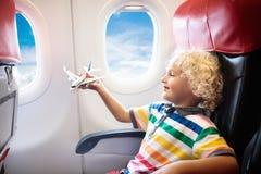 Vuelo del niño en aeroplano Vuelo con los niños fotos de archivo