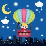 Vuelo del niño pequeño en un globo del aire caliente Imágenes de archivo libres de regalías