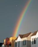 Vuelo del pájaro sobre un arco iris Imagen de archivo
