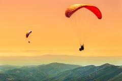 Vuelo del paragliding del dúo Fotos de archivo libres de regalías