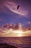 Vuelo del Paragliding en la puesta del sol Imagenes de archivo